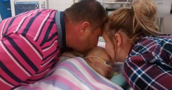 Foreldrene tar farvel med sin syke datter. Da kjenner pappaen noe i hånden, som forandret alt!