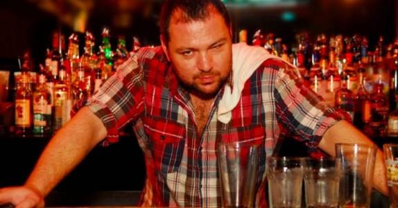 Den fulle mannen forsøker å kjøpe en øl. Men det bartenderen sier? Jeg ler så tårene triller.