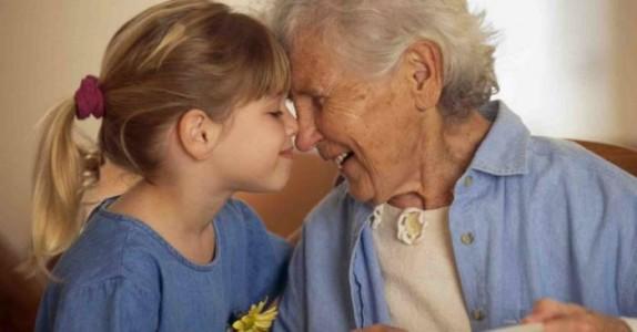Den lille jenta skriver et brev om sin bestemor. Jeg ler så tårene triller.