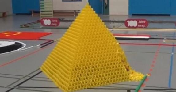 130 000 dominobrikker faller i verdensrekord-forsøket, men følg nøye med på den blå veggen