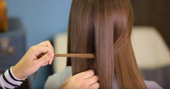 Hun deler håret i 2 like deler, og fletter det. Resultatet? Dette må jeg prøve!