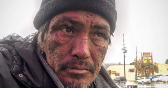 Hun spør mannen hvorfor han er hjemløs. Men svaret hans treffer meg midt i hjertet.