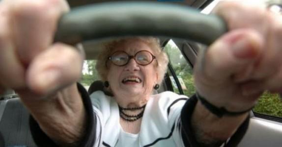 De gamle damene krasjet nesten i lyskrysset. Årsaken er sjokkerende!
