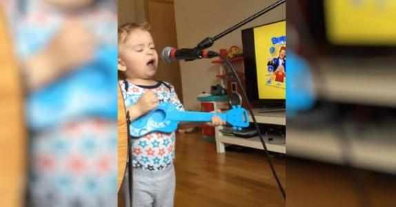Mammaen satte ham foran mikrofonen. Men hun hadde ikke ventet seg DENNE oppvisningen!