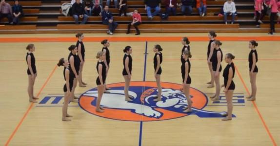 14 dansere står helt i ro. Men når de snur seg? Publikum blir målløse!