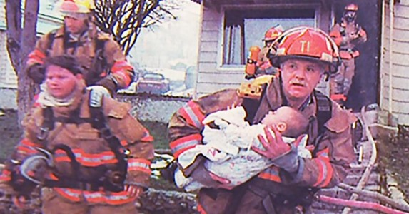 Denne brannmannen reddet livet til en liten jente. Nå, 17 år senere, gjør hun noe tilbake.