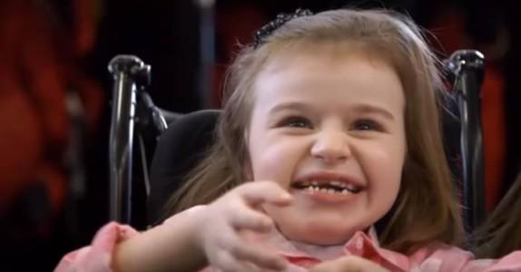 Den 5-år gamle jenta kan ikke gå eller prate. Men når idolet hennes åpner døren? Jeg er rørt til tårer.
