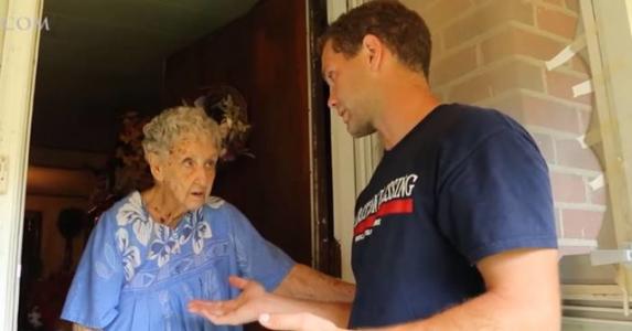 90-år gamle Agnes risikerte bøter fordi hagen var rotete. Men plutselig ringer det på døren.