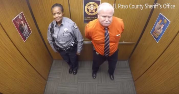 De er alene i heisen. Men det mannen gjør foran skjult kamera sprer seg i rekordfart på nettet!