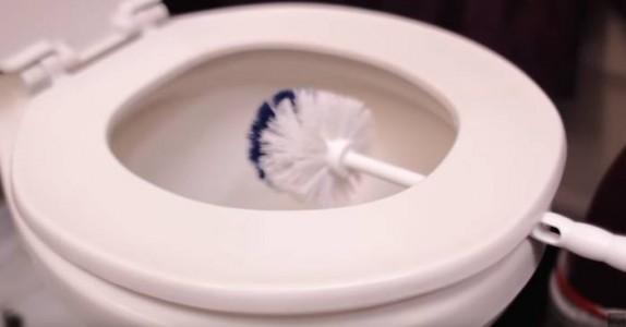 Hun lar toalettbørsten tørke over skålen i 10 Minutter. Grunnen? Dette er jo GENIALT!