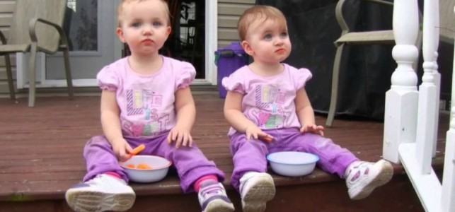 Tvillingjentene spiser ostepop. Følg NØYE med på jenta til venstre!