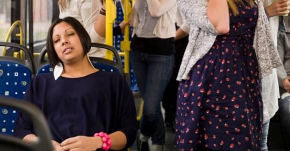 Hun var lei av at mannen pratet høyt i telefonen på bussen. Løsningen? Jeg ler meg ihjel!