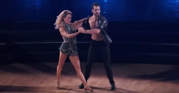 Den døve danseren går på scenen. Se hva han gjør når musikken starter. Wow!