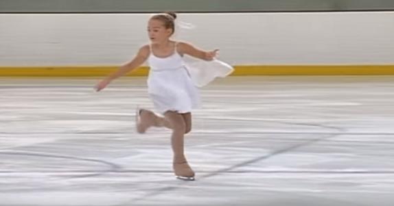 Denne jenta er bare 7 år, men se hvordan hun står på skøyter. Utrolig!