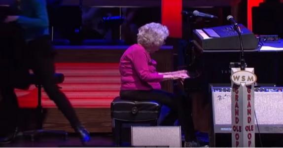 Den 98 år gamle mormoren avbryter sangerens framførelse, men INGEN forventet dette!