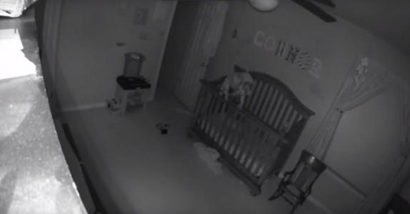 Denne babyen skal egentlig ligge og sove. Men det kamera fanger? Skummelt!