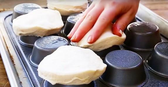 Hun presser deigen på baksiden av en muffinsform. Resultatet? Fantastisk!