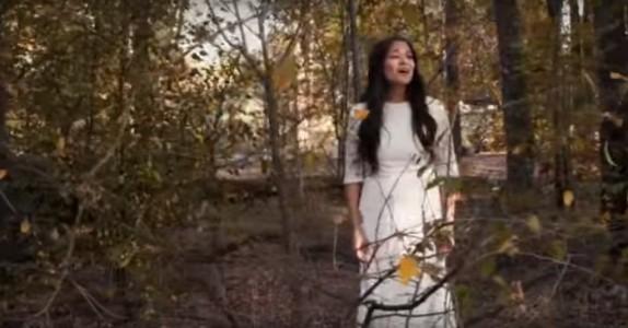 Hun går ned til elven for å synge en klassiker. Når hun snur seg? Gåsehud!