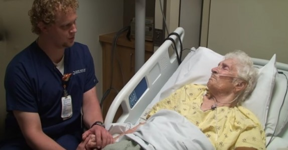 Den døende kvinnen gråter når sykepleieren gjør DETTE for henne.