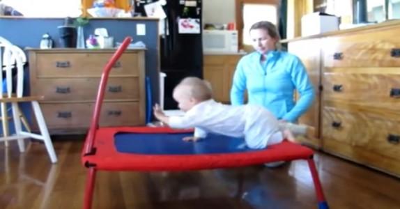 Babyen kryper opp på trampolinen. Vent til du ser hva som skjer da!