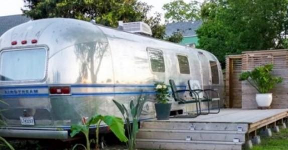 Det ser ut som en vanlig gammel campingvogn fra utsiden. Men VENT til du ser innsiden!