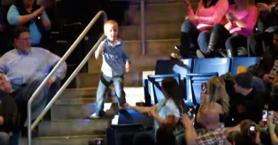 Favorittsangen hans kommer på. Da klarer ikke den lille gutten å sitte stille!