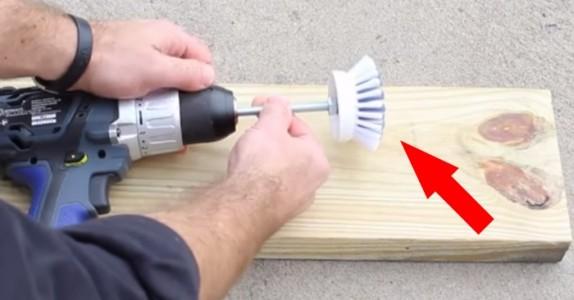 Han fester en børste på drillen. Resultatet gjør rengjøringen hjemme MYE enklere!