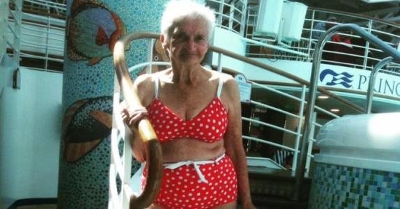 Datteren tok bilde av mammaen på reisen. Nå er 90-åringen Irene hele nettets store idol!