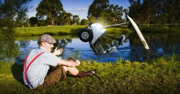 Han velter golfbilen sin og får hjelp av den lekre naboen… Men kona hans? Jeg ler så tårene triller!