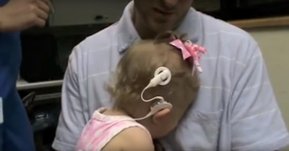 Hun hører stemmen til moren for første gang. Reaksjonen vil få deg til å gråte!