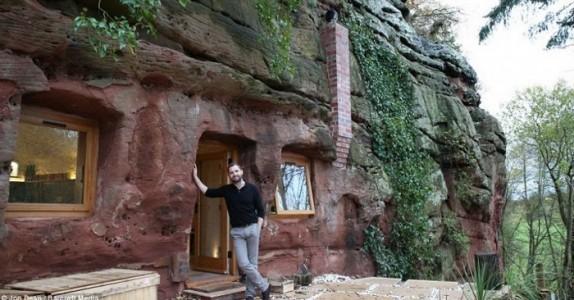 Den syke mannen flytter inn i en hule som er 3000 år gammel… og gjør den om til et fantastisk hjem!