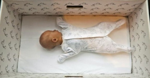 Alle nyfødte babyer i Finland sover i en liten pappeske. Grunnen er så bra!