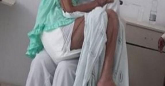 Når sykepleieren ser den gamle damen er i smerter, gjør han dette… Jeg får klump i halsen!