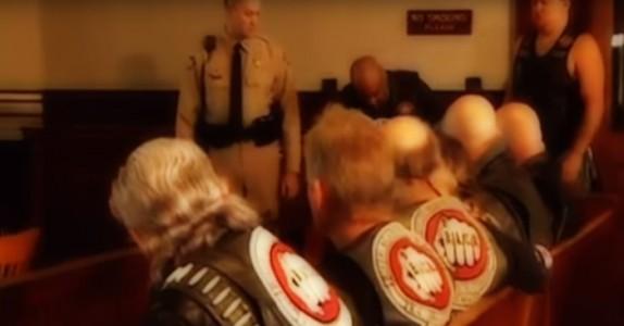 Gutten er livredd for å vitne i rettsalen. Men se hva MC-gjengen gjør for å støtte ham…