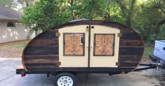 Han bygger en søt, liten campingvogn. Men når han åpner dørene? WOW!