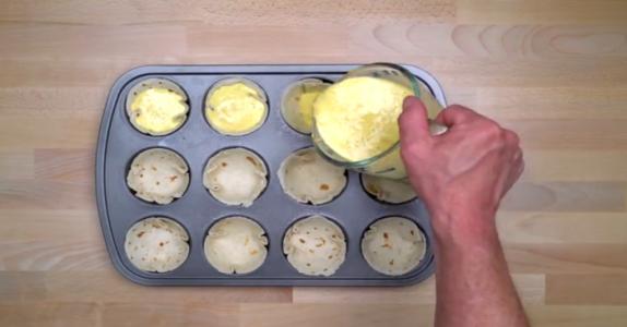 Han tømmer ingrediensene i en muffinsform. Resultatet? Jeg løper på kjøkkenet NÅ!
