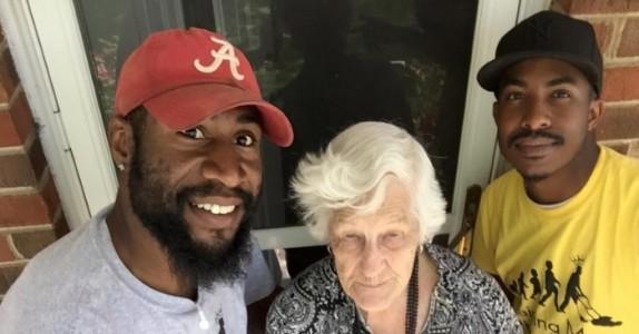 To menn ser deres 93 år gamle nabo i hagen. Hva de gjør rører ALLES hjerte!