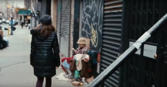 Hun går rett forbi en hjemløs… Men når hun skjønner HVEM det er blir hun helt satt ut!