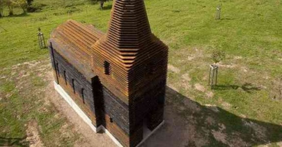 Det ser ut som en helt vanlig kirke. Men når vi ser den fra en annen vinkel blir vi målløse!