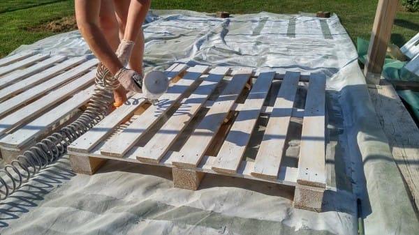 Han samler 43 paller men det han gj r med dem utrolig kreativt til sommeren - Construir piscina en suelo no urbanizable ...