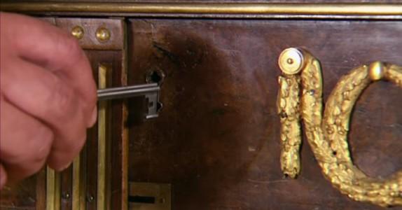 Han vrir om nøkkelen på ett 200 år gammelt skap. Det som skjer da er fantastisk!