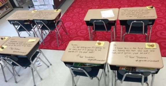 Elevene gjør seg klare til prøven. Men da de ser DETTE på skrivepultene sine…