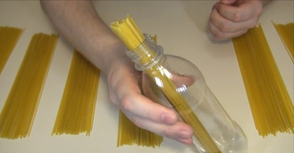 Han putter spaghetti i en flaske… Grunnen? Her er svaret på spørsmålet vi ALLE lurte på!