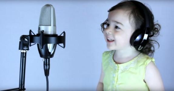 Pappaen synger en klassiker fra 1985. Men følg med når datteren begynner… WOW!