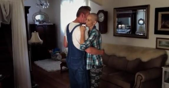 Den kreftsyke moren danser med sin mann for siste gang. Da hvisker hun dette i øret hans…