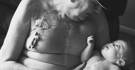 Moren fotograferer sønnen og morfaren på sykehuset. Sannheten bak bildet er hjerteskjærende.