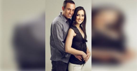 Han mistet kona i en bilulykke. 3 år senere tar han fram forlovelsesbildene og ser DETTE!