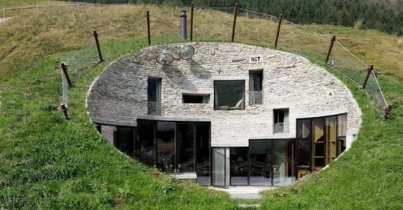 De bygde huset sitt i en bakke i Sveits… Men når jeg så innsiden? WOW!