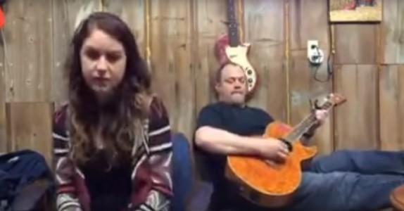Han spiller en låt fra 1973. Men når datteren begynner å synge med? GÅSEHUD!