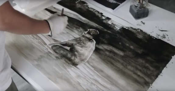 Han dypper penselen i «malingen». Men hva det egentlig er? Sjokkerende!